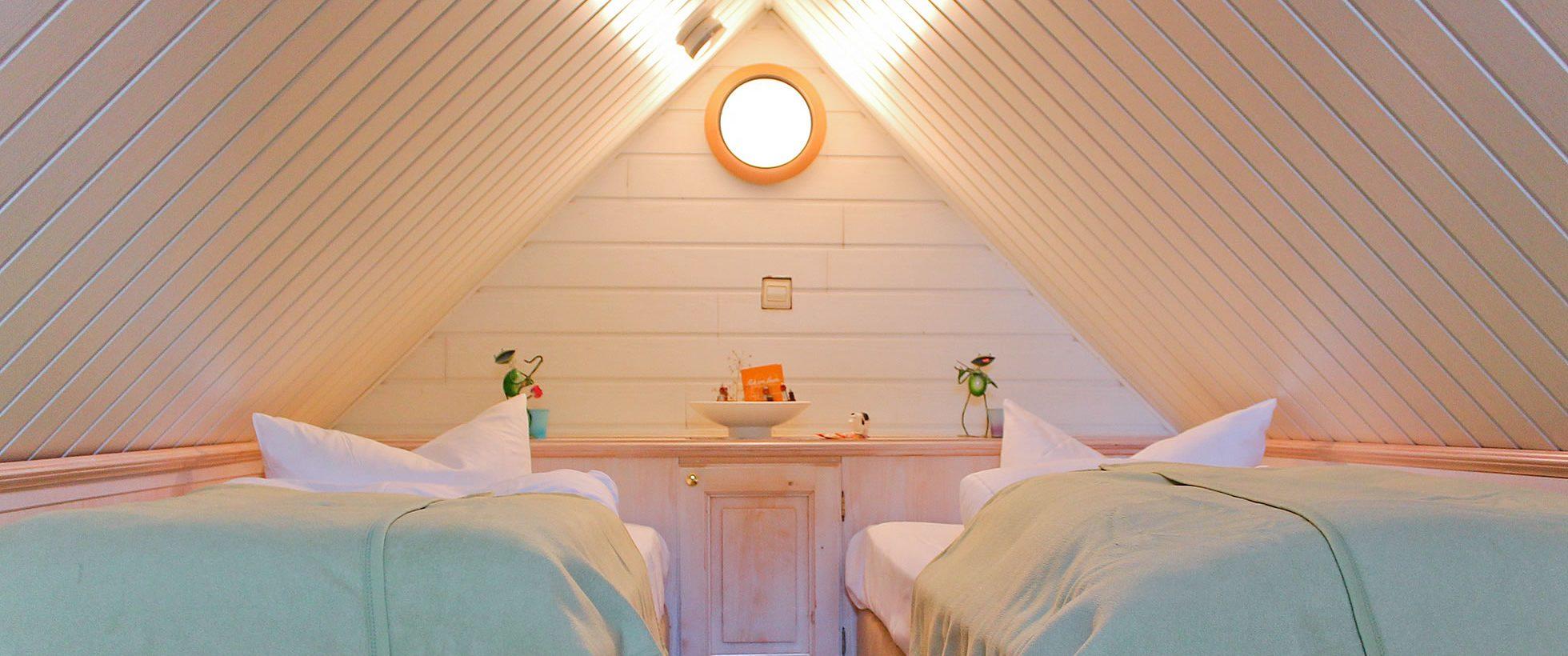 Gästehaus Bergfalke in Ahrenshoop, romantischer Kinderschlafraum unterm Dach