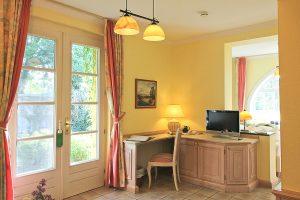 Kleiner Schreibtisch neben Terrassentür