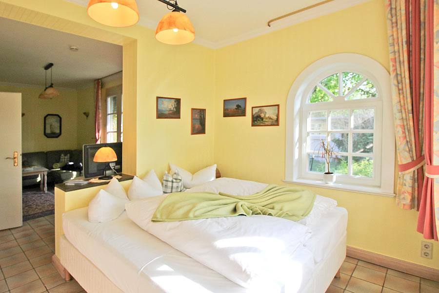 Schlafbereich mit romantischen Rundbogenfenstern