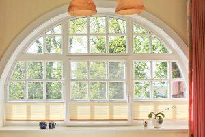 Großes romantisches Rundbogenfenster