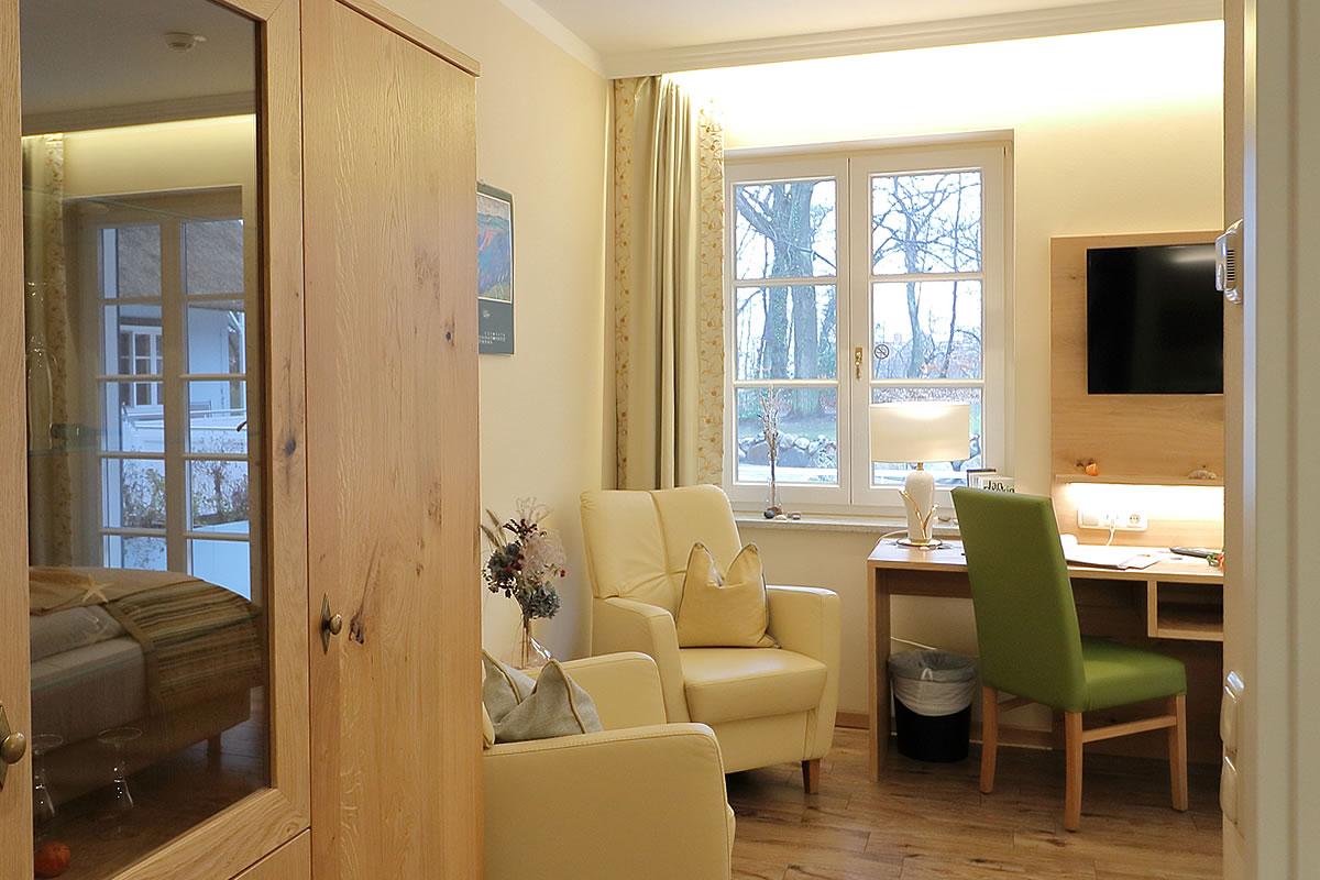 Doppelzimmer in Haus Fischerwiege, Bereich mit Sitzecke und Schreibtisch