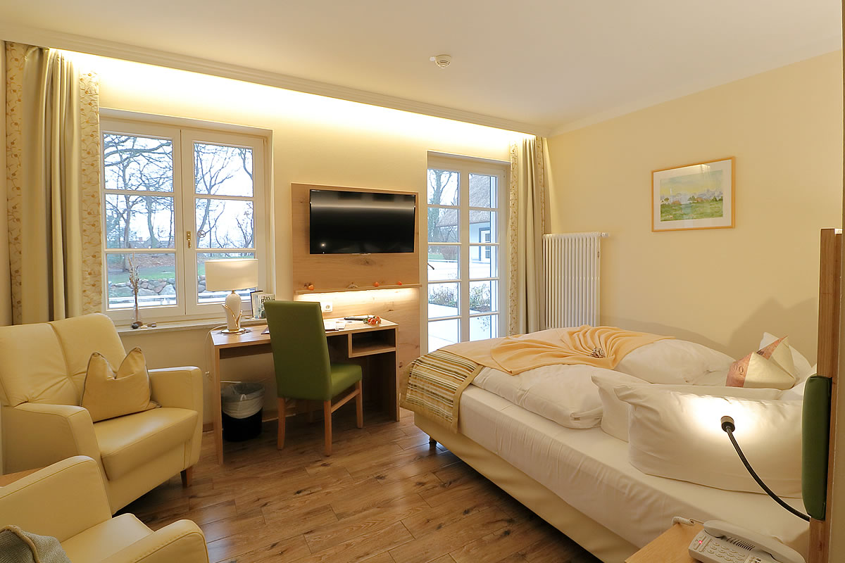 Doppelzimmer in Haus Fischerwiege, Wohn- und Schlafbereich mit großer Terrasse.
