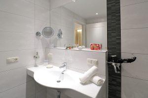 Waschtisch mit großem Spiegel, Fön und kleinem Kosmetikspiegel
