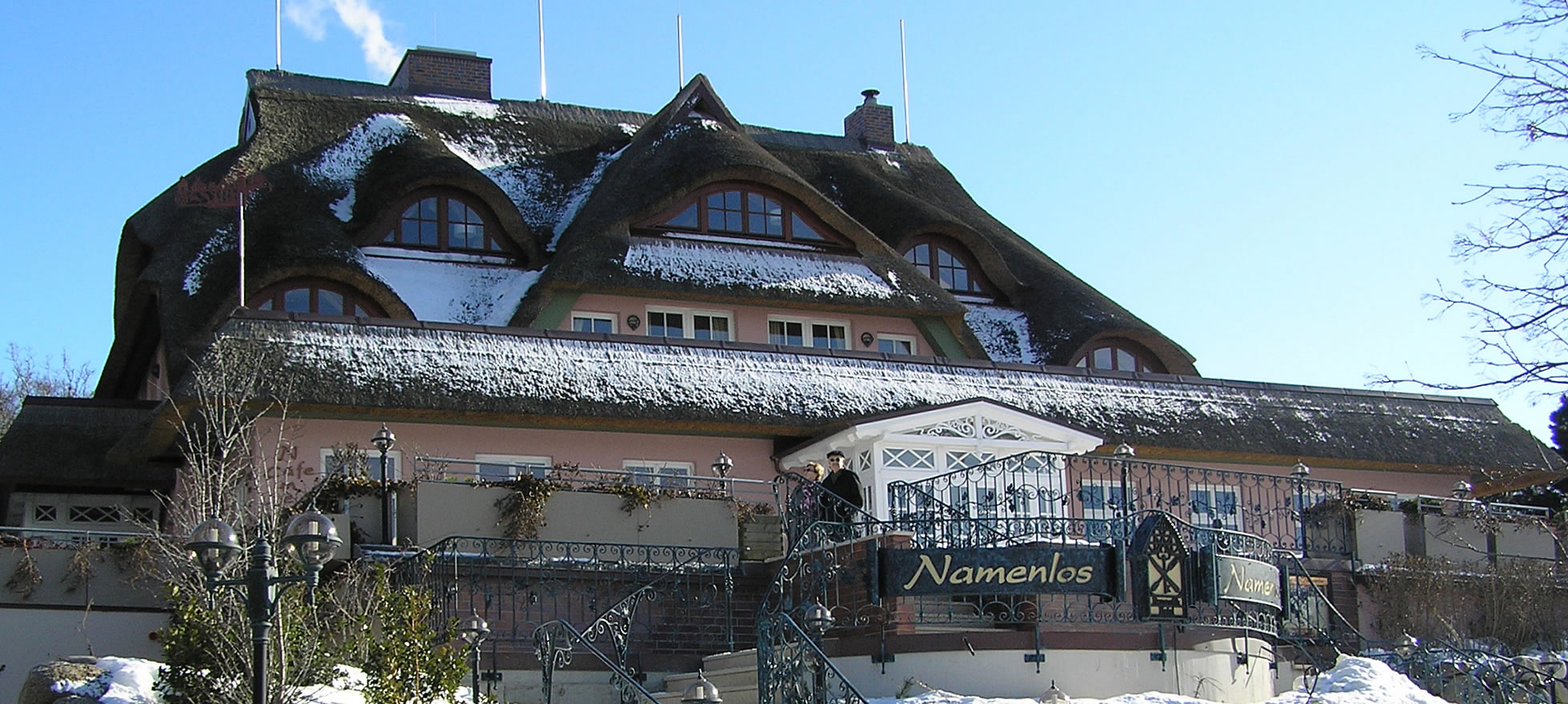 Hotel Namenlos im Winter, Seeseite