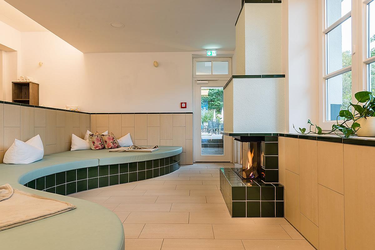 Wellenförmige Kuschelbank mit Kamin, Hotel Fischerwiege