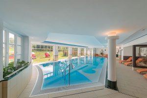 großes Schwimmbad mit Blick ins Grüne, Hotel Fischerwiege