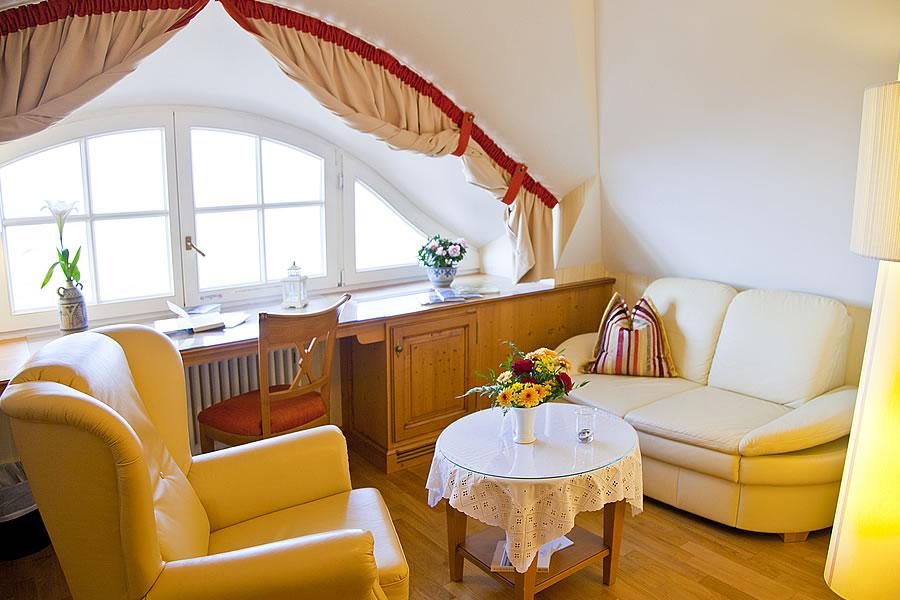Doppelzimmer, Wohnbereich mit romantischem Rundbogenfenster
