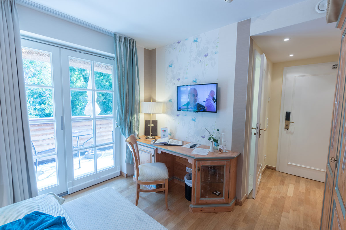 Schreibtisch in Einzelzimmer mit Balkon