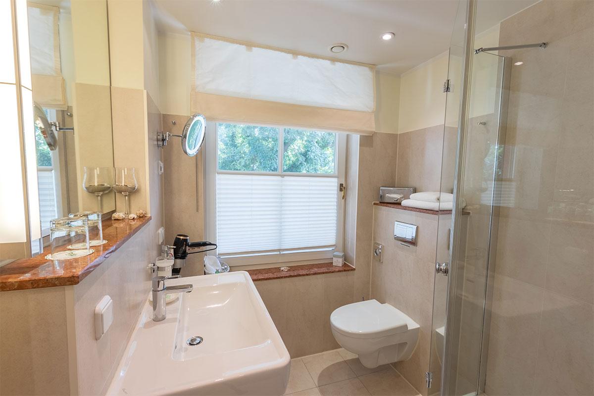 Bad mit Dusche, Einzelzimmer
