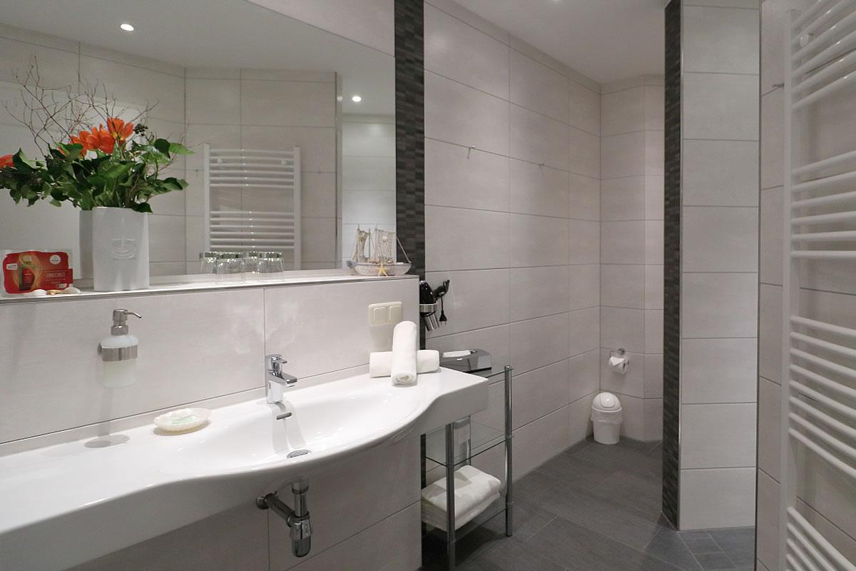 Bad mit Dusche und Wanne, Suite, Beispiel