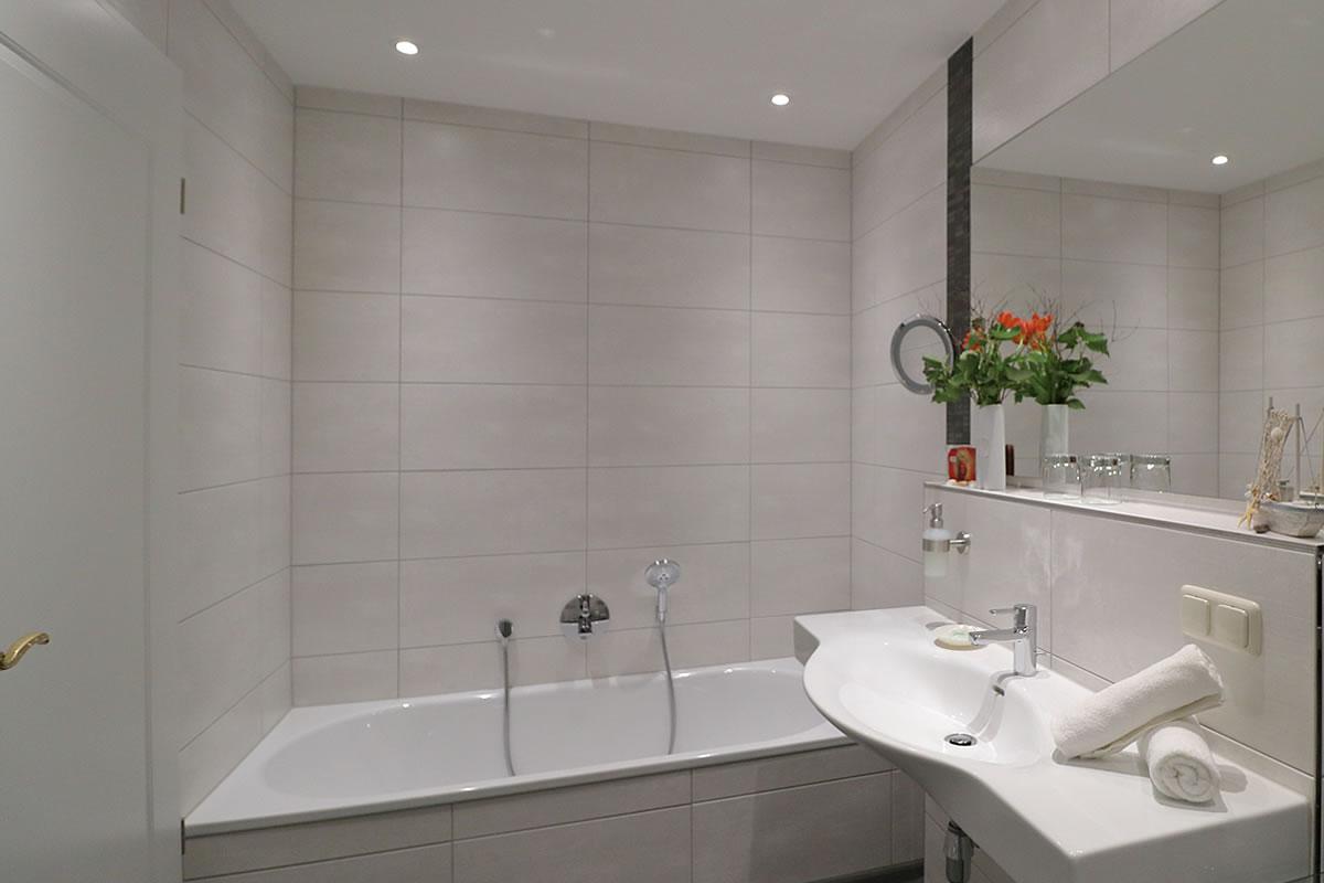 Bad mit Dusche und Wanne, Suite im Hotel Fischerwiege