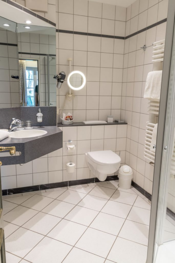 Bad mit Dusche in Suite, Beispiel