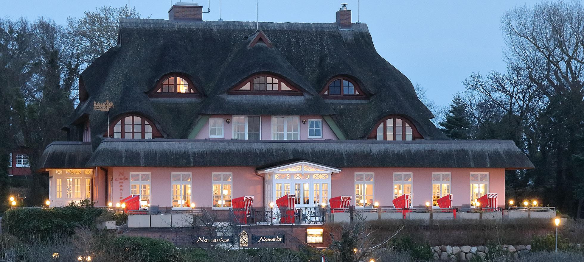 Hotel Namenlos, Strandkörbe auf der Caféterrasse mit Meerblick