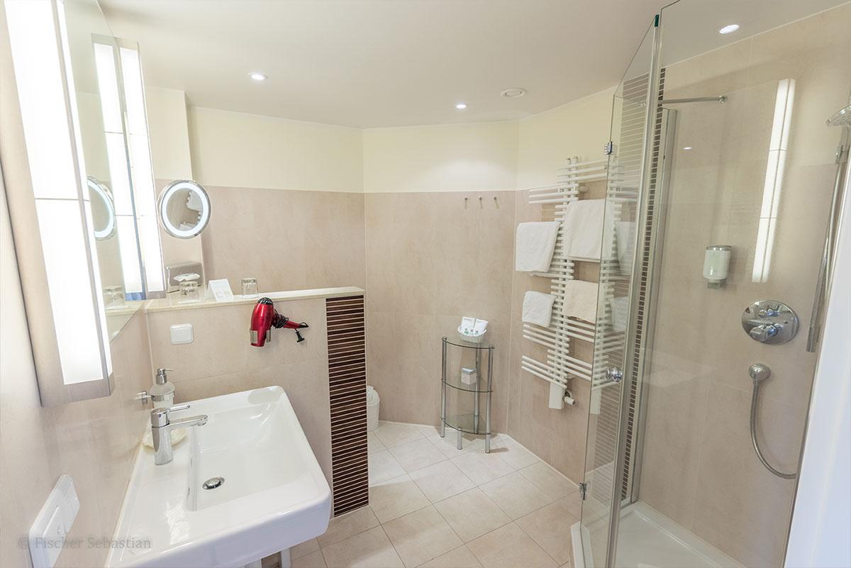 Bad mit Dusche in Doppelzimmer, Hotel Namenlos