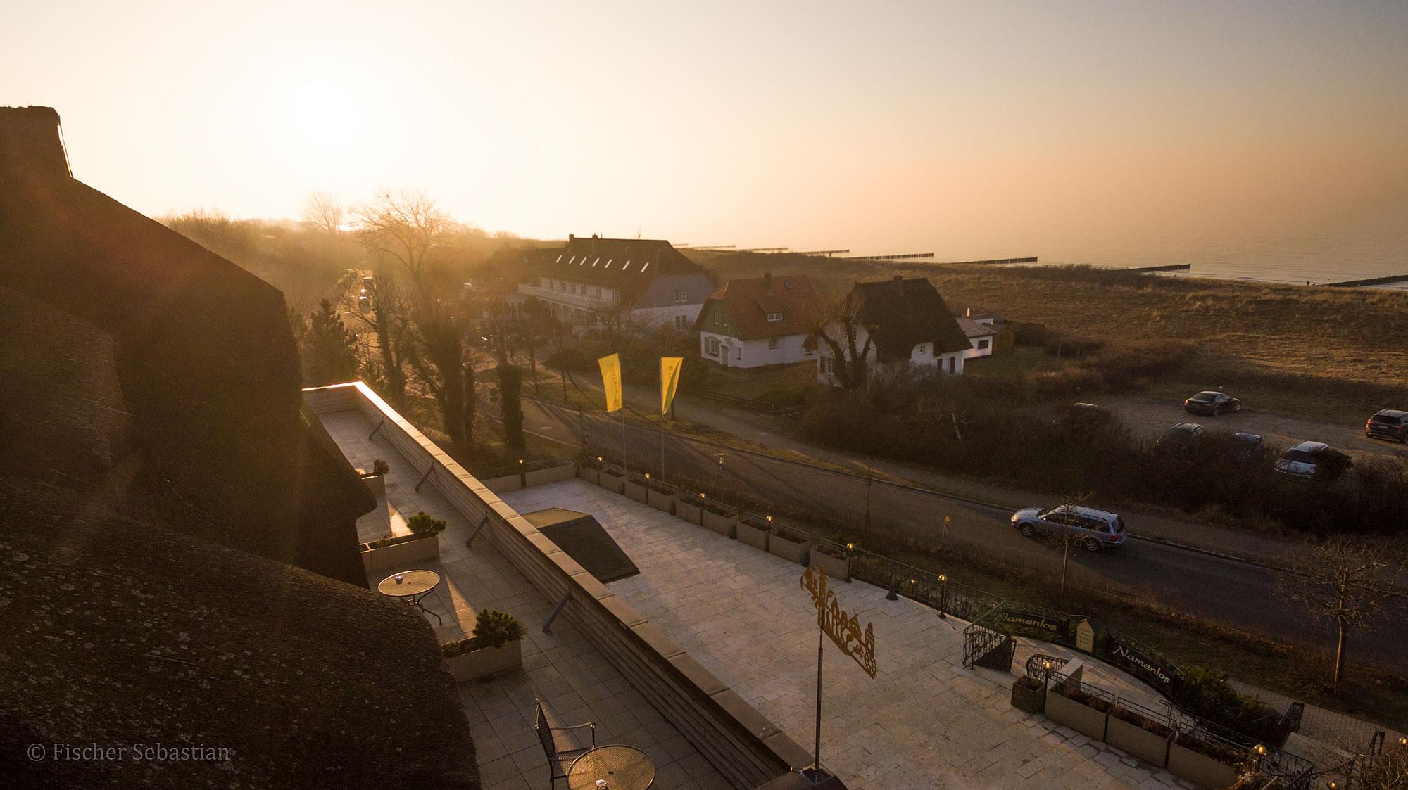 Hotel Namenlos, Blick zum Strand, Drohnenfoto