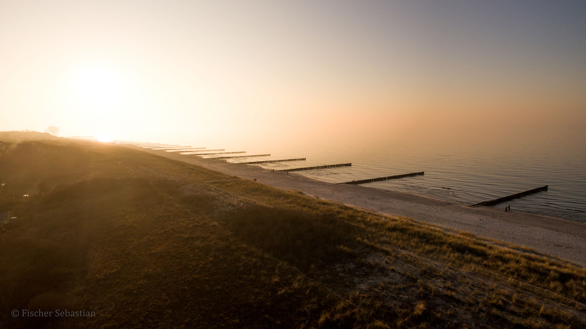 Blick zum Strand vor Hotel Namenlos, Drohnenfoto