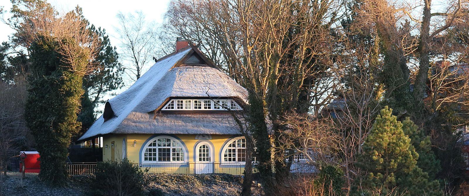 Gästehaus Bergfalke mit Raureif auf dem Rohrdach.
