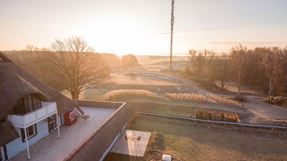 Haus Fischerwiege, früh morgens, Blick Richtung Bodden
