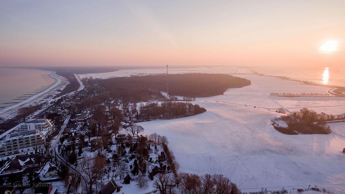 Ahrenshoop frühmorgens, rechts: Ostsee, links: Bodden
