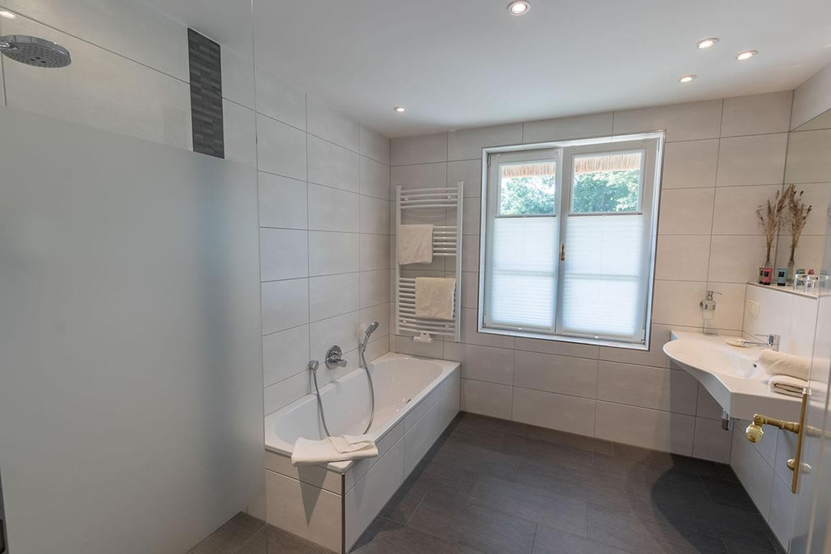 Bad mit Wanne und Dusche in Suite