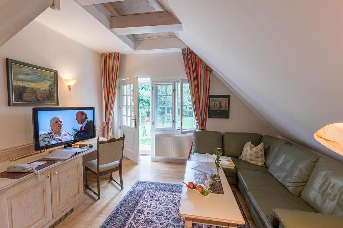 Wohnbereich mit Schreibtisch in Suite