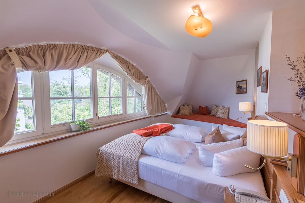 Schlafbereich mit Rundbogenfenster