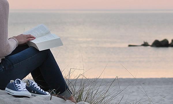 Lesen am Strand von Ahrenshoop